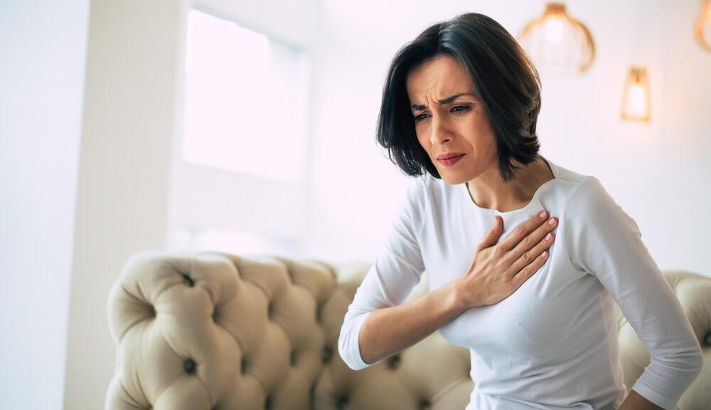 Infarto feminino: sintomas em mulheres e o que fazer